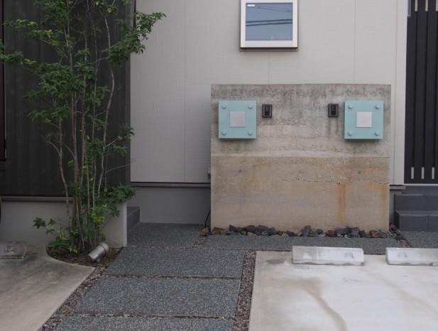 atuta_m12玄関はシンプルな洗い出しと版築風の壁でわかりやすく誘導します