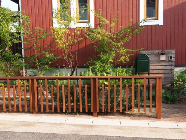 tenpaku_m12玄関前も家と調和した木柵と雑木類でセミオープンに