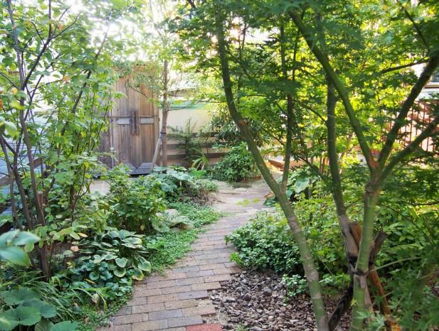 tenpaku_m5ウッドチップ、レンガ、美濃石の小道が自然に混ざり合う