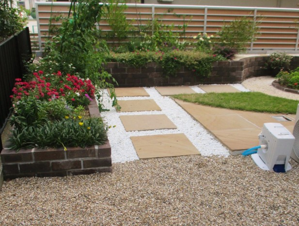 nissinn_n6駐車場からは庭の入口と奥へと行きたくなるようなデザインを