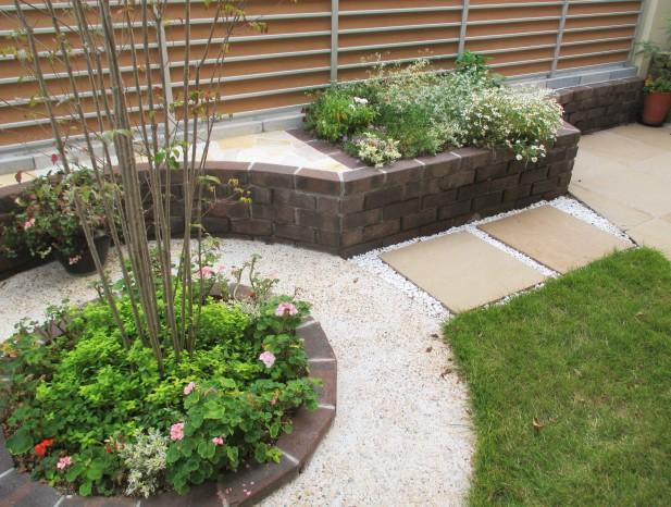 nissinn_n4ヤマボウシの周りに花壇と乱石張りのベンチを