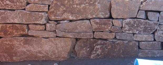 気良石の石積みの庭の写真