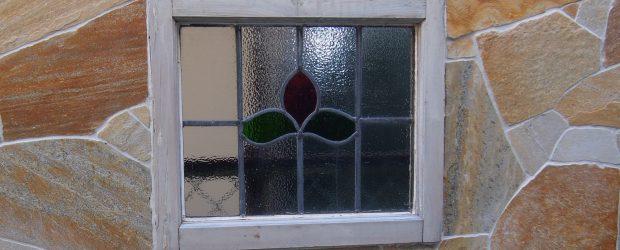 ステンドグラスのある庭の写真